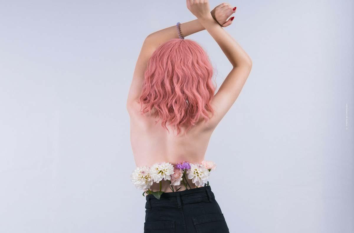 Ella Stoller: Wirtualna modelka i digital influencerka z różowymi włosami i indywidualną stylizacją